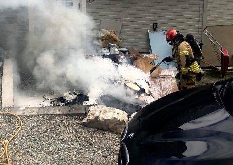 SLUKKING: Her slukker mannskap fra Tromsø brann og redning brannen like ved inngangspartiet ved bolighuset.