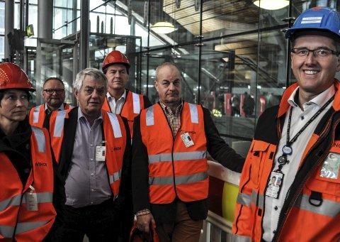 OMVISNING: Henning Bråtebæk er direktør for det operative utendørsarbeidet på Gardermoen, og var blant dem som viste politikerne rundt i den nye terminalen. Om ett år skal 117.000 nye kvadratmeter tas i bruk.Foto: Terje nilsen