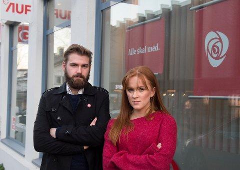 MISFORNØYD: De lokale AP politikerene Stian Olafsen og Ingrid Tønseth Myhr er misfornøyd med egen partiledelse i saken om oktoberbarna.