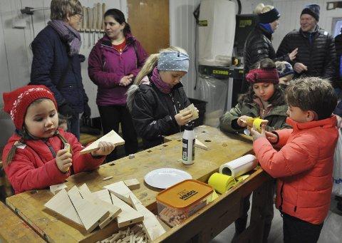 JULETREPRODUKSJON: Martine, Ingrid, Katrina og Markos i gang med sandpapiret for å lage sine egne små juletrær.