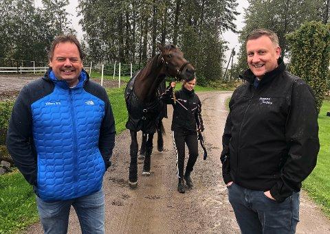 Erland Åslund (t.v.) og Arne Sandbæk jr. er spente foran Derbyløpet på Bjerke søndag, hvor Hillary B.R. er storfavoritt.