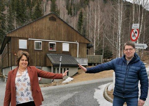 FUNGERER GODT: Testestasjonen for Covid-19 i Odnes fungerer svært godt, ifølge Ola Tore Dokken. Her sammen med Søndre Lands ordfører Anne Hagenborg. ARKIVBILDE