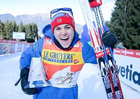 Heidi Weng jubler her for triumfen i Tour de Ski forrige sesong. Søndag kunne hun juble for seier i verdenscupen sammenlagt også.