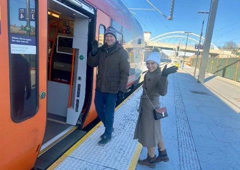 BRA: Adriana Kehayora og Thor Gunnar Stavsholt er fornøyd med   Skis nye stasjon og det nye lydanlegget. - Vi gleder oss til den står helt ferdig og første tog på Follobanen går, smiler de på vei inn i en varm togvogn.