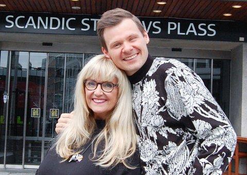 """HANNE OG ESPEN: - Han er en av de beste innenfor sitt fag her hjemme, sier Hanne Krogh om artisten Espen Bråten Kristoffersen. Han befinner seg på scenen hele tiden under showet """"Lykken er å swinge"""" om Hannes 50-årige artistliv."""