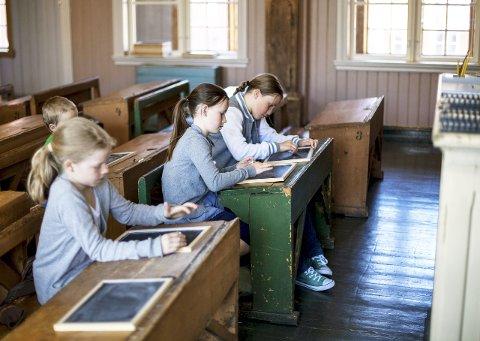 Skolestua: I den gamle skolestuen i Herregården finnes både spanskrør og gode historier fra gamle dager.
