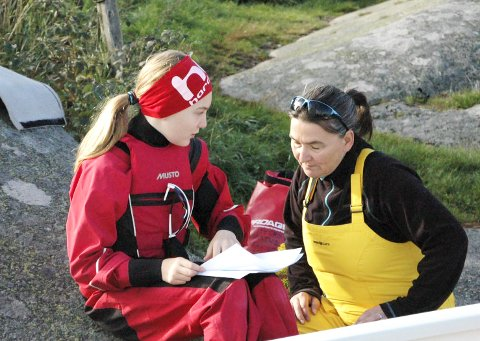 Ensom svale: Ramona Ellen Lundberg og mamma, Pia, har en rask gjennomgang av banen i Viksfjord, men de måtte vente litt på vind fra sørvest før Optimisten kunne sjøsettes.Foto: rolf tanum