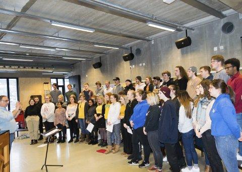 THVGS: Musikk- og danselinjens store kor er en del av julekonserten elevene inviterer til i Larvik kirke kommende onsdag.foto: per Albrigtsen