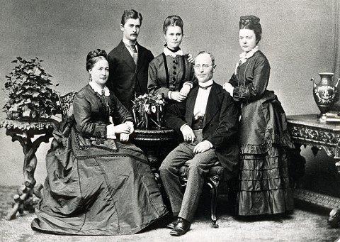 INDUSTRIFOLK. Christian Christiansen og familiekretsen fotografert omkring 1880, da han sto på høyden av sin makt og bygde sin staselige bolig Nedre Nanset, nå kjent som Bøkeskogen kultursenter.
