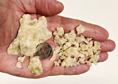 ULIKE STØRRELSER: Stoffet, som blant annet er oppdaget i Larvik, består av mindre og større biter.