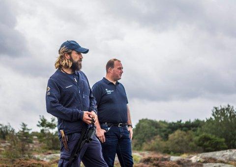 Vil vite hvorfor ærfuglene dør: Haakon Braathu Haaverstad (til venstre), her sammen med Thomas Holmen Olsen ved besøkssenteret til Ytre Hvaler nasjonalpark, har fått en rekke meldinger om døde ærfugler. (Arkivfoto: Felix C. Ellingsrud)