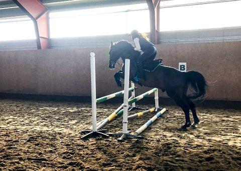 TRENING: Anelill Sandnes Engen og hesten Quidam's Quick Shot under en lett trening i forkant av stevnet onsdag ettermiddag. Foto: Privat