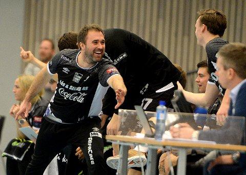 BLID SJEF: Michael Apelgren var i meget godt humør på benken.