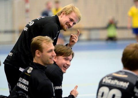 I GODT HUMØR: Magnus Fredriksen showet på benken.