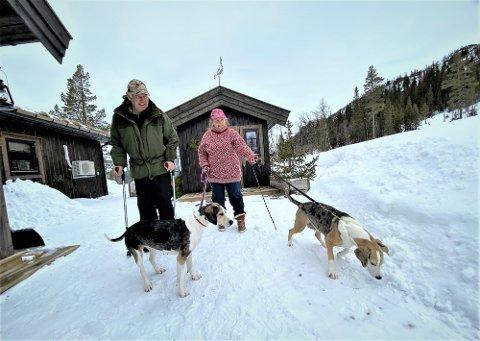 LEVER DRØMMEN: Samboerne Ingun Solli og Bent Vidar Larsen har gjort engerdøler av seg og flyttet fast på hytta for å kunne jakte trygt med hundene etter at ulven har etablert seg i Indre Østfold.