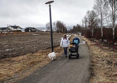 GIKK EN TUR PÅ STIEN: – Dette er et flott tilbud som vi bruker med jevne mellomrom, sier Hanne Øien, som her går tur med sønnen og Marit Helen Ottem.