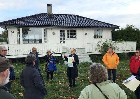 Virksomhetsdirektør Margrethe Løgavlen (i midten) orienterte politikerne om utbyggingsplanene for Fynveien 54. Hytta på bildet skal nå rives, i likhet med all annen bebyggelse på tomta.