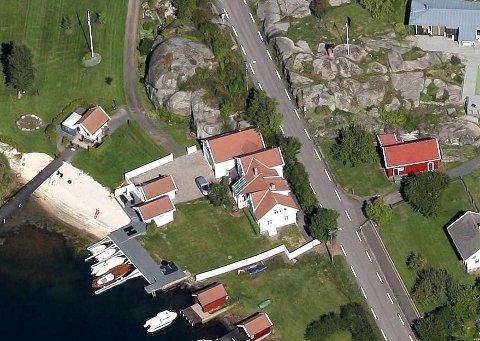 BYR PÅ MYE: På den 1,2 mål store tomta ligger det både en enebolig, garasjeuthus (anneks til bolig) og naust.