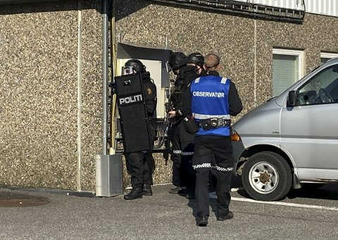 DRAMATISK ØVELSE: Bevæpna politi er heldigvis sjelden kost på Herøya.