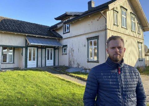 FORFALLER: Fredrik Tørre Riis syns det er synd at nabohuset bare forfaller, og at kommunen ikke gjør noe med det.