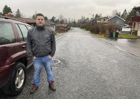 OPPGITT: Michael Barclay har ved flere anledninger klaget over bilister med høy fart til kommunen og politiet, til liten nytte. Han er bekymret for barna i gata.