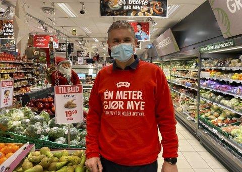 MUNNBIND PÅ JOBB: Butikksjef på Meny Telemarksporten, Joachim Hillbo, begynte med munnbind på jobb denne uka etter påbud fra kommunen.
