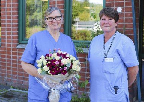 AVSKJEDSGAVE: Fra venstre: Sølvi Øvretveit og Lene Ivanova. Sølvi Øvretveit fikk en fargerik blomsterbukett fra kollegaene sine.