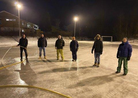 MANNSTERKE: Tony Rønningen, Tore Jensen, Atle Samuelsen, Richard Stokkedal, Adrian Lassen Mjåtvedt og Magne Knutsen med flere sørger for gode skøyteforhold.