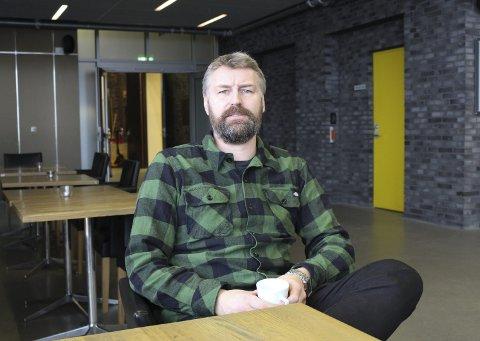 UENIG: Kulturhussjef Erik Friesl sier at han ikke skjønner hvorfor de må redusere antall publikummere med 100 personer.