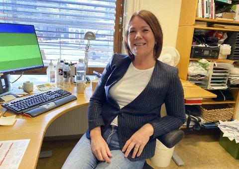 KAN SMILE: Legevaktsjefen Tina Rusdal har grunn til å smile, da det er lite testing ved testsenteret og få positive prøvesvar. – Det er kjempebra at folk er friske, sier hun.