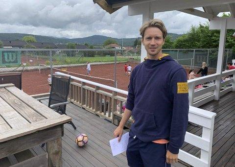 BER OM STØTTE: Manager Jon Kåsa og Porsgrunn tennisklubb ber medlemmene om ekstra pengestøtte for å komme over det tøffe koronaåret.