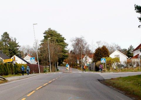UTRYGG SKOLEVEI: Det er mye trafikk av både tungtrafikk og skolebarn på riksvei 22 ved Bergenhus. Ingen god kombinasjon. En undergang er planlagt å komme i 2022-2023 ifølge Statens Vegvesen.
