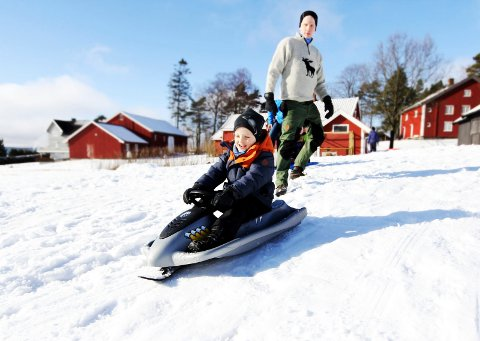 FULL FART: Stein Olav Buer gir sønnen Kristian (4 1/2) en god dytt på akebrettet før han kjører ned bakken. Arkivfoto