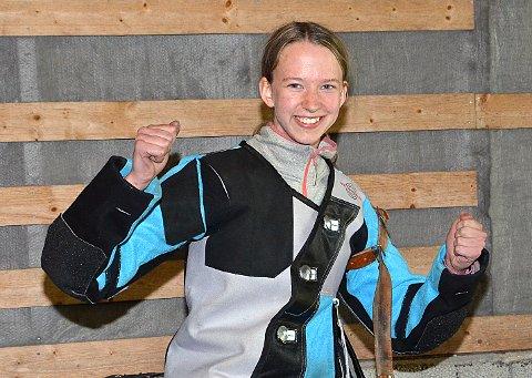JUBLENDE GLAD: Kine Saksæther Andersen viser med all tydelighet hvor glad hun er over både fylkesmestertittelen i eldre rekrutt og sin strålende skyting gjennom hele mesterskapet. ALLE FOTO: JO ERIK ASKERØI