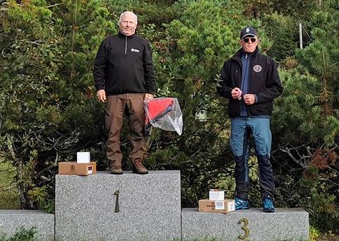 ØVERST PÅ PALLEN: Tore Skjønhaug øverst på seierspallen som synlig bevis på at han vant veteranklassen i NM i fitasc sporting. ALLE FOTO: PRIVAT