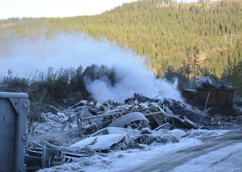 Slukket: Her er bålet nesten slukket, men store områder var plaget av tykk røyk og stank fra et søppelbål på et industriområde på Gruben. Nå tar kommunen affære og truer med bøter hvis ikke brenningen opphører. Foto: Viktor Leeds Høgseth