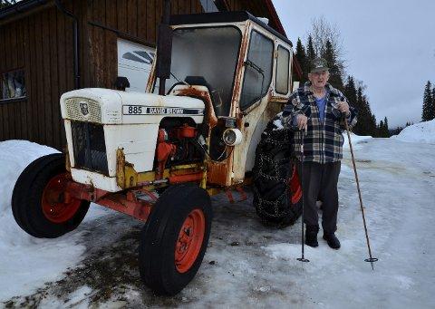 Må brøyte selv: Joar Lysheim (82) må brøyte selv etter at kommunen kuttet brøytingen på Lysheimveien. FOTO: Hugo Charles Hansen