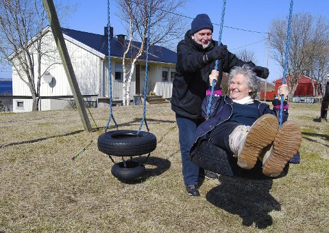 Ble Rødøyfjerdinger: Jerome Ducrot og Kirsten Foged er begge forelsket i Nord-Norge. Da de tilfeldigvis traff hverandre på Rødøya for noen år siden, oppsto det søt musikk. Paret er nå bosatt på Selsøyvik, hvor de har funnet sitt paradis. bildetekst