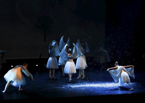 Stemning: Den kalde vinteren varmet hjertene til mange publikummere under premièren på Kraft 365 – Året i dans. Foto: Beate Nygård Johansson