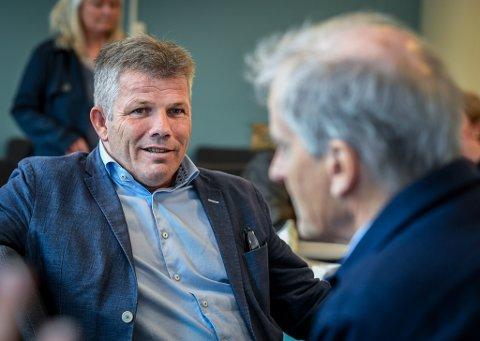 Bjørnar Skjæran og Jonas Gahr Støre besøkte Mo i Rana i mai i fjor, og Støre mente den gang regjeringen førte folk bak lyset angående flyplass i Rana. Skjæran lar seg ikke imponere over at flyplassen er nevnt i nordområdemeldingen.