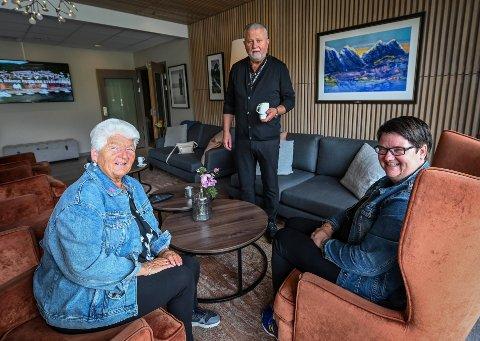 Hotell Helma med hotellsjef Dag Busch har fullt belegg. Her har Bjørg og dattera Margareth Olsen fått rom 52 år etter at hun giftet seg der.
