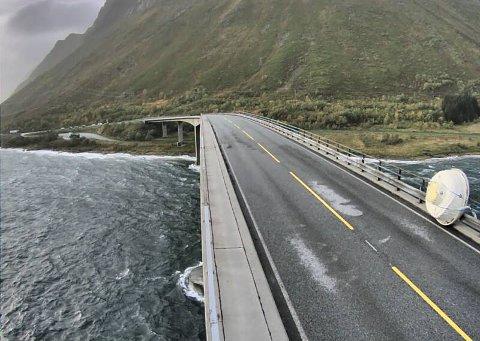 Lofoten 20200923.  Badestamp blåst av henger oppe på Gimsøybrua etter at noen prøvde å krysse broen som var stengt med rødt lys. Den er nå stroppet fast i rekkverket. Foto: Statens vegvesen  / NTB