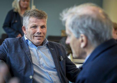 Nestleder Bjørnar Skjæran og leder Jonas Gahr Støre (t.h.) forteller at Arbeiderpartiet vil jobbe for å halvere ferjeprisene i landet. Foto: Øyvind Bratt