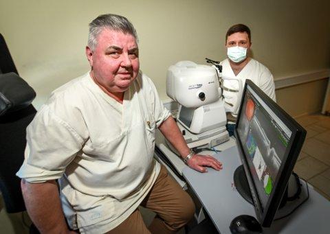 Sentralt i saken står OCTA-undersøkelser (apparatet på bildet), som øyelege Knut Resellmo og sykepleier Tommy Bostad, mener har vært nødvendige, spesielt knyttet til diabetes- og glaucompasienter.