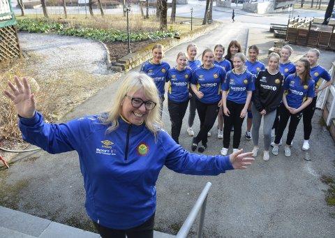 Chatrin Leifsdatter, tidligere Michalsen, er tilbake i håndballmiljøet, nå som trener for Selfors ULs Jenter 16-lag, klubben der hun startet sin håndballkarriere for 43 år siden. Spillerne gleder seg stort.
