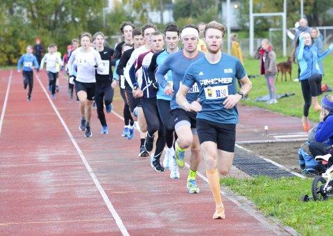 Emil Sorsell i front på 3.000 meter den sist arrangerte banecupen på Sagbakken i 2018. Etter en stopp på grunn av dårlig banedekke og utdatert tidtakerutstyr, er mye på vei til å rette på seg.