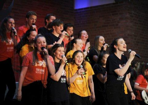 Sang og musikk: Ten Sing Norway framførte en rekke låter mellom sketsj-innslagene, dansene og filmene. Alt egenprodusert, i tillegg til lys og lyd under forestillingen.