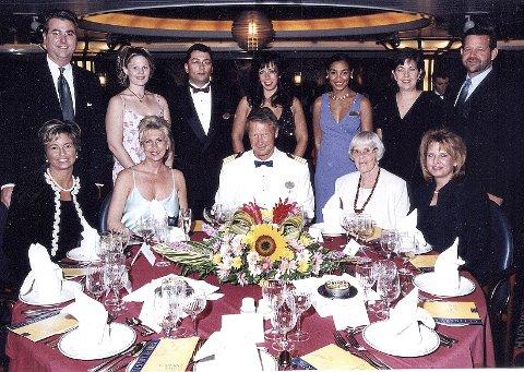 På cruiseskip holder kapteinen velkomstparty, og her er Tor Bøhn sammen med utvalgte gjester på en av turene. Moren Kari, som gikk bort i 2009, sitter ved hans høyre side.