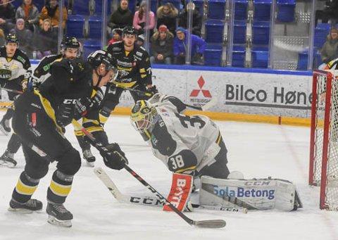 SCORET TO: Marius Carho Hansen setter inn Panthers tredje og sitt andre for kvelden.