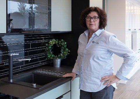 MODERNE: Kjøkkenkonsulent hos Nybo, Berit Heggeseth, viser et moderne kjøkken i mintgrønt. - Nå vil folk gjerne ha farger, men viselger også mye klassiske hvite kjøkken, sier hun.